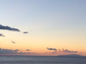 元旦の日の初日の出。残念ながら水平線の上をうっすら雲が覆っていて、絵に描いたような初日の出は見られなかったけど、朝焼けはとても綺麗でした。