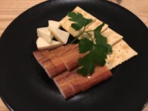 ウツボの薫製とチーズの盛り合わせ。