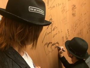 出演者は、スタジオ内の壁にサインするのが恒例になってます☆