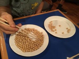 1分間の間に、お箸でいくつ豆を別のお皿に移せるかを競います。