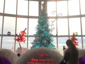 ティムが監修したイロが変化するクリスマスツリー。暗かったら、もっと綺麗だっただろーな。