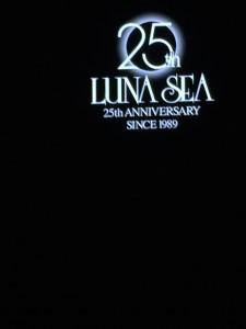 ステージに浮かぶ25周年アニバーサリーの文字。