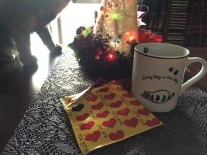 クリスマスの朝に、もったいなくてなかなか飲めなかったhideちゃんコーヒーを飲みました。あれ、写真の端っこに、あやしい影が(笑)。