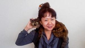 一日の三分の一はわたしの肩にのってるマフラー猫のサリちゃんと。昼間から日本酒を飲んでいい気分。すっぴん&酔っぱらいくんの表情なのは、お正月だから許してね♡