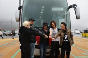 バスの前で、気合いを入れるメンバー。今回の旅行、いちばんはしゃいでたのは、メンバーだったという噂が(笑)。