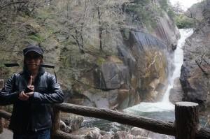 ここが、噂の昇仙峡! 国の特別名勝にも指定されている滝の前で、なぜかSarinoが手にしているのは……?