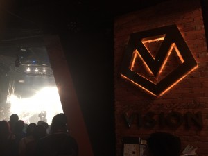 ライヴ中のステージを、会場後方からパチリ。
