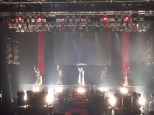 5人がステージの上に並ぶと、会場中から盛大な歓声が。