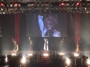 プロジェクターに映ったKAMIJOが、Versailles復活を高らかに宣言。