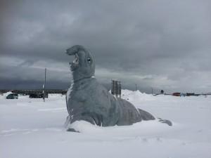 これは、外のオブジェ。ちょっと恐竜みたいです。