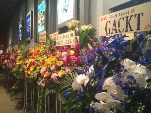 ロビーには、所狭しと花が並んでました。