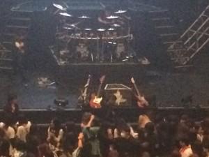 全員が楽器をセンターモニターの上に置いて、ステージを去っていきました。