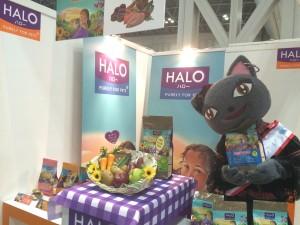 4月1日に発売になったばかりの猫ちゃんフード「HALO」も、よろしくにゃ。