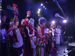 全バンドのライブが終わった後は、恒例のサインボール投げ。その直前の様子を、ステージ上から盗撮(笑)。