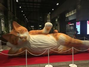 高島屋の1階には、ドーンと大きな寝猫がお出迎え。