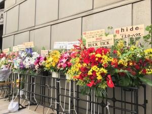 開場前には、お花がずらり。