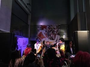 会場2階の『KARAOKE GIG~hideの部屋へようこそ~』に、飛び入り出演したhideちゃん所縁のミュージシャンの方々。
