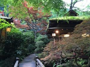 八王子の山奥の広大な敷地に、東屋が点在している贅沢な造り。