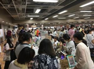 会場はお買い物を楽しむお客様で、いっぱい。