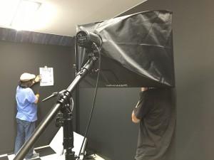 取材が終わった後、メンバーの視力を測っている光景。隠れているのは、誰でしょう!?