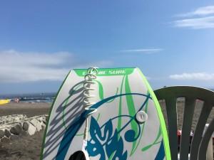 やっと晴れたので、ボードを持って海に! 青い空が、気持ちいい〜!