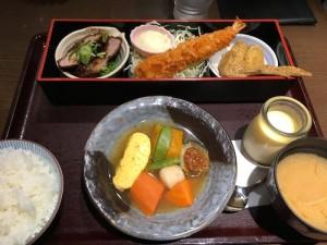 名古屋に着いて、まず「名古屋尽くし弁当」で、腹ごしらえ。