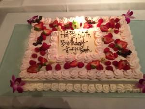 巨大なバースデーケーキ。これも、しっかりいただきました♡