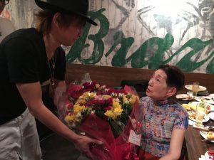 85本の薔薇の花束、大きい(笑)!